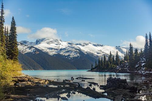 Le lac Garibaldi bleu cyan entouré de grandes montagnes blanches